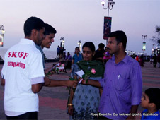 SKSSF campus wing members handing out Roses to a non-Muslim family at Kozhikode beach