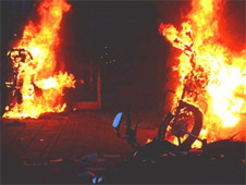 Jamaat activists set vehicles on fire in Dhaka during clashes