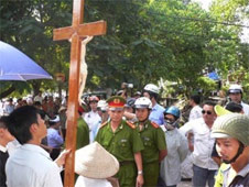 Buddhists and Christians denounce Hanoi for using law to control religions